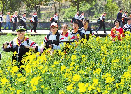 近日,宁波艺术实验学校初中学生在鄞州区章水镇田野感受春的气息.