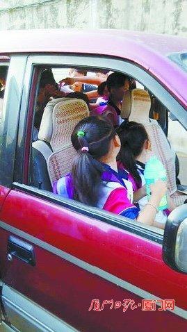 厦门一小学面包车接送超载学校副v小学位挤了学生熊孩孑图片